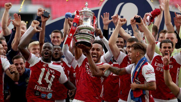 Perayaan gelar juara Piala FA yang dilakukan Arsenal berlangsung sangat meriah meskipun dilakukan di tengah stadion tanpa satu pun penonton di dalamnya. Copyright: © Catherine Ivill/Getty Images