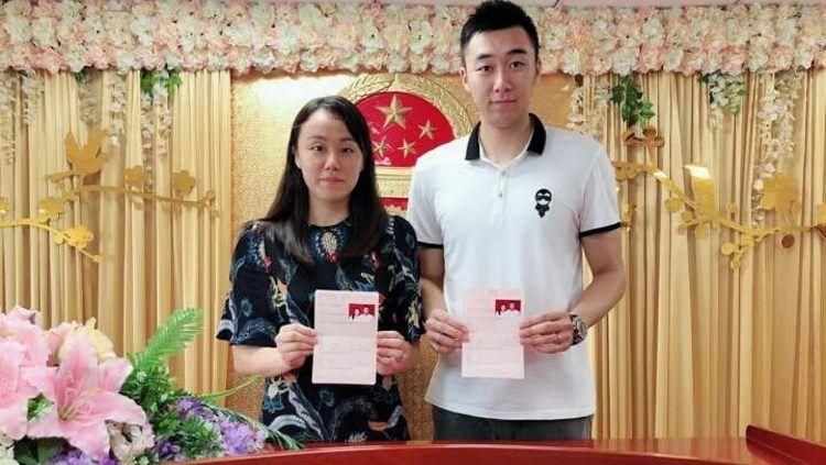 Zhao Yunlei dan Hong Wei resmi menikah pada 2018 lalu. Copyright: © Weibo Hong Wei