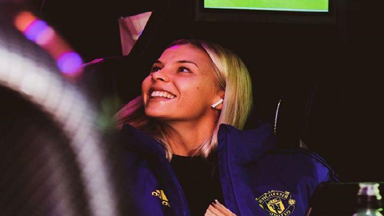 Pemain sepak bola wanita bernama Lotta Okvist sering dijuluki sebagai bek tercantik oleh kebanyakan penggemar Manchester United. Copyright: © Instagram Lotta Okvist @lottaokvist