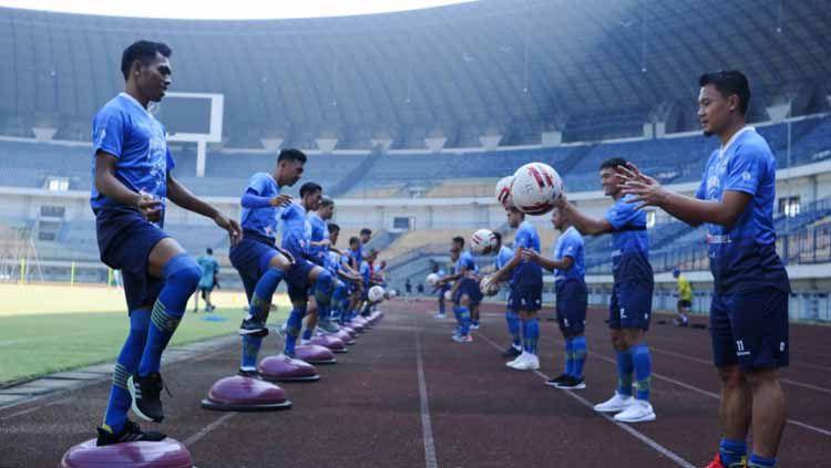 Persib Bandung menggelar latihan perdana sebagai persiapan lanjutan Liga 1 2020 di Stadion Gelora Bandung Lautan Api (GBLA), Senin (10/08/20). Copyright: © Media officer Persib