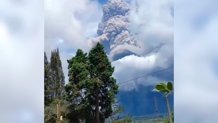 Erupsi Gunung Sinabung terlihat di dekat tempat menginap PSMS Medan di Berastagi, Senin (10/8/20). Copyright: © Instagram/Sutanto Tan