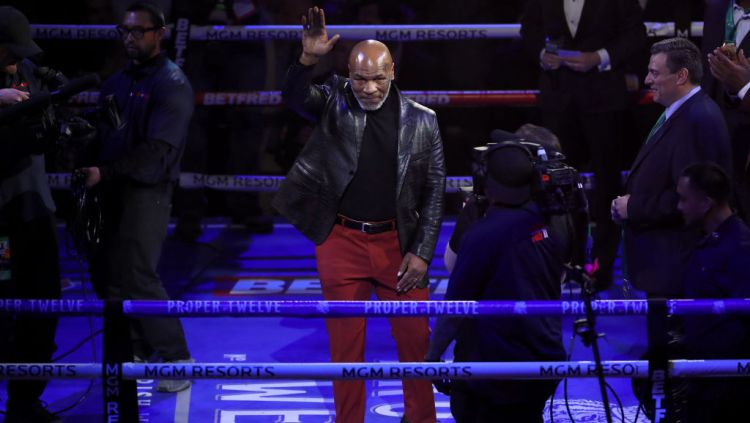 Perkenalan Mike Tyson di atas ring WWE Copyright: © Bradley Collyer/PA Images via Getty Images