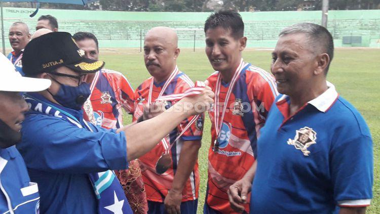 Wali Kota Malang, Sutiaji (kiri) saat memberi penghargaan medali. Copyright: © Ian Setiawan/INDOSPORT