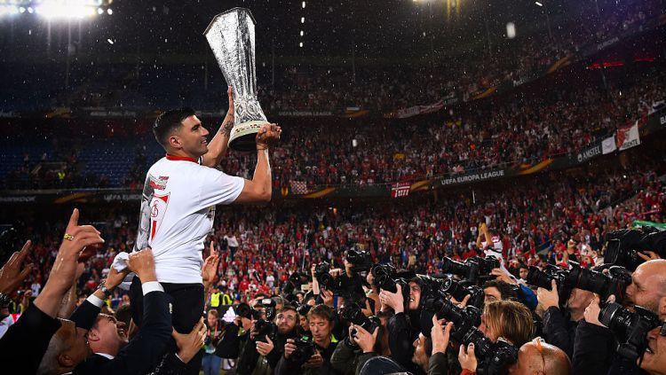 Jose Antonio Reyes mengangkat trofi Liga Europa usai Sevilla mengalahkan Liverpool di final Copyright: © David Ramos/Getty Images