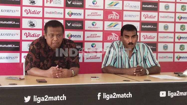 Manajer PSMS Mulyadi Simatupang (kiri) dan Sekum PSMS, Julius Raja (kanan). Copyright: © Aldi Aulia Anwar/INDOSPORT