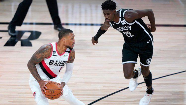 Damian Lillard (Portland Trail Blazers) melawan Caris LeVert (Brooklyn Nets) di laga NBA, Jumat (14/08/20). Copyright: © Ashley Landis-Pool/Getty Images