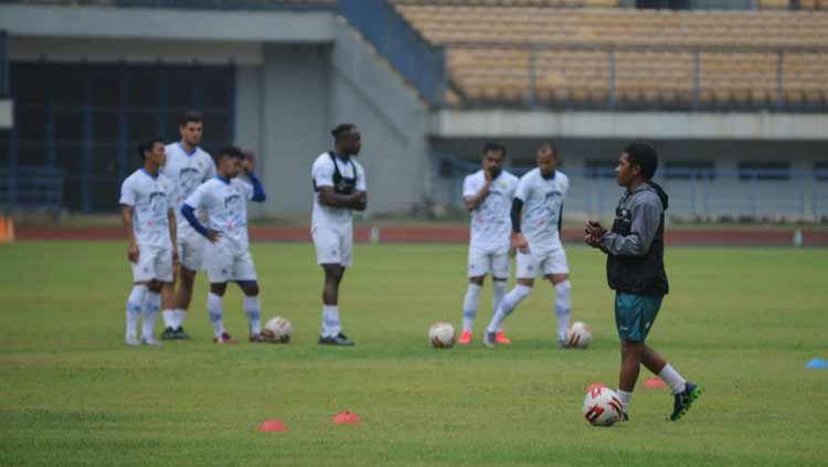 Asisten pelatih Persib Bandung, Budiman, memberikan pengarahan di Stadion Gelora Bandung Lautan Api (GBLA), Kota Bandung, Jumat (14/8/20). Copyright: © Media Officer Persib