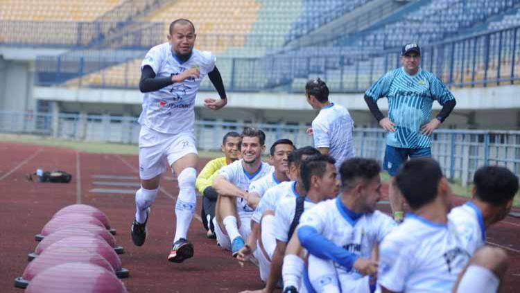 Pemain Persib Bandung berlatih di Stadion Gelora Bandung Lautan Api (GBLA), Kota Bandung, Jumat (14/08/2020). Copyright: © Media Officer Persib