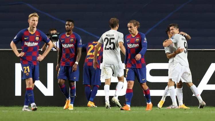Para pemain Barcelona terlihat kecewa setelah Bayern Munchen mencetak gol dalam laga perempatfinal Liga Champions 2019/20, Sabtu (15/08/20) dini hari WIB. Copyright: © Rafael Marchante/Pool via Getty Images