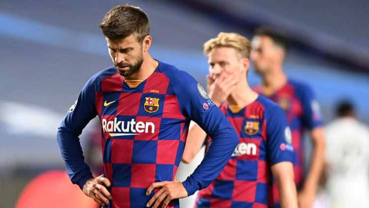 Gerard Pique tertunduk lesu usai Barcelona dibobol Bayern Munchen dalam laga perempatfinal Liga Champions 2019/20, Sabtu (15/08/20) dini hari. Copyright: © Michael Regan - UEFA/UEFA via Getty Images