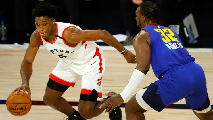 Stanley Johnson (Toronto Raptors) diadang Noah Vonleh (Denver Nuggets) di laga terakhir musim reguler NBA, Sabtu (15/08/20). Copyright: © Mike Ehrmann/Getty Images