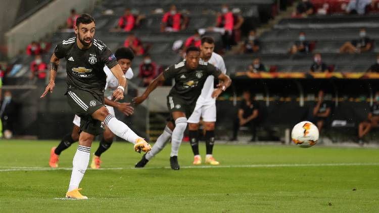 Gelandang Manchester United, Bruno Fernandes, mencetak gol ke gawang Sevilla pada semifinal Liga Europa 2019/20, Senin (17/08/20) dini hari WIB. Copyright: © James Williamson - AMA/Getty Images