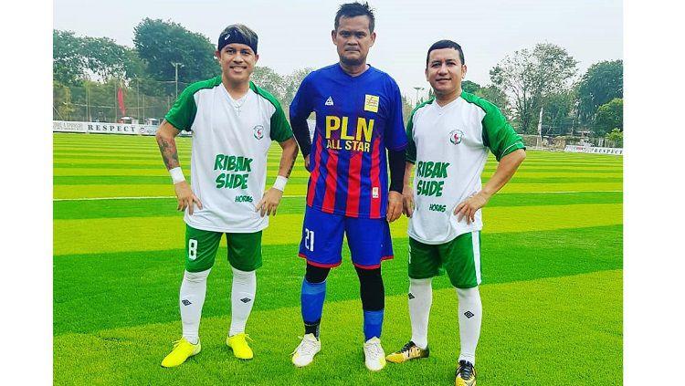 Striker Persija Jakarta era 1990-an, Rahmad Dwi Putranto (tengah), berpose bareng Vennard Hutabarat. Copyright: © Instagram