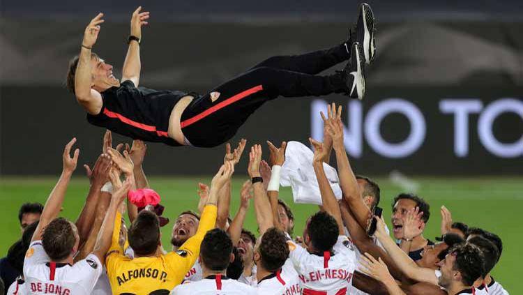 Pelatih Sevilla, Julen Lopetegui, membagikan kebahagiaan menjuarai Liga Europa untuk dua mendiang bintang Sevilla. Copyright: © Twitter@EuropaLeague