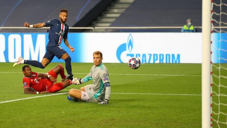 Kiper Bayern Munchen, Manuel Neuer, mengamankan peluang penyerang PSG, Neymar, di final Liga Champions 2019/20, Senin (24/08/20) dini hari WIB. Copyright: © Twitter @championsleague