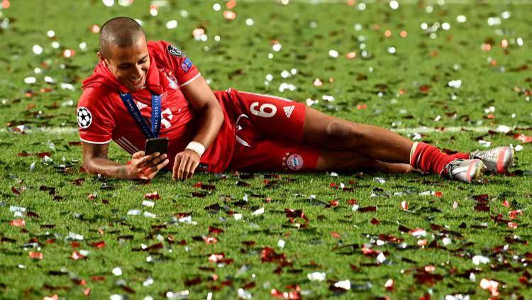 Pemain Bayern Munchen, Thiago Alcantara, selangkah lagi akan bergabung dengan Liverpool. Namun, belum deal secara resmi sang pemain sudah buat ulah. Copyright: © Twitter@ChampionsLeague