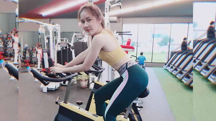 Seorang suster cantik asal Thailand, Nomlom Homhuan tengah berlatih di tempat gym dengan memamerkan kekuatan tangan yang ia miliki untuk melakukan workout. Copyright: © Instagram@pinnaclepoi