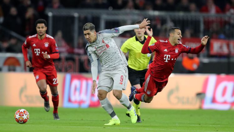 Roberto Firmino memenangkan duel melawan Thiago Alcantara di laga Liga Champions Bayern Munchen vs Liverpool Copyright: © Stefan Matzke - sampics/Corbis via Getty Images