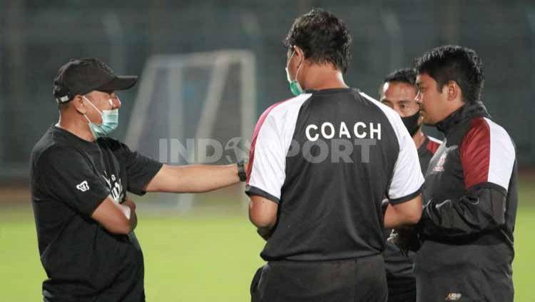 Rahmad Darmawan saat berdiskusi dengan tim pelatih. Copyright: © MO Madura United