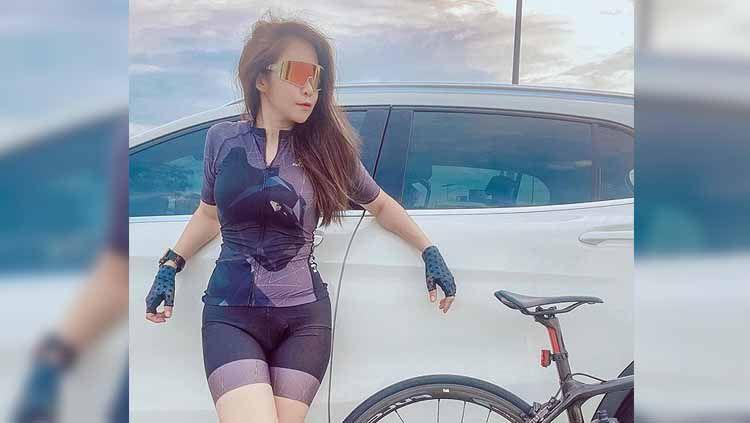 Olahraga bersepeda di masa pandemi Corona ini nampak makin digandrungi. Intip potret seksi selebgram Thailand, Tanat Watcharaapiya saat gowes. Copyright: © Instagram