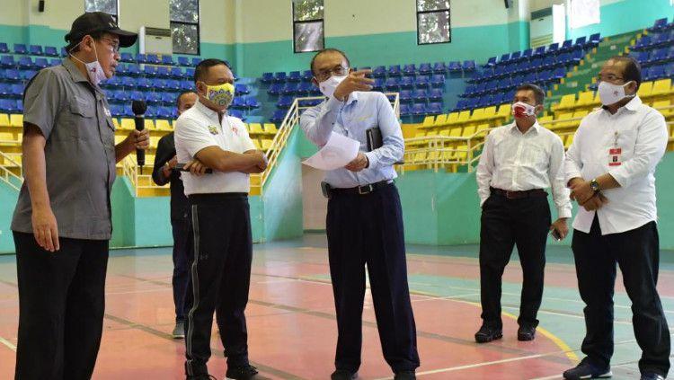 Menpora, Zainudin Amali (kedua kiri) meninjau langsung GOR POPKI Cibubur selaku lokasi acara puncak Hari Olahraga Nasional (Haornas) 2020. Copyright: © Kemenpora