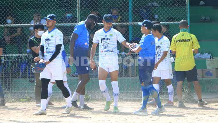 Gelandang klub Liga 1 Persib Bandung, Omid Nazari, mengaku menikmati permainan softball yang digelar timnya di Lapangan Softball Lodaya. Copyright: © Arif Rahman/INDOSPORT