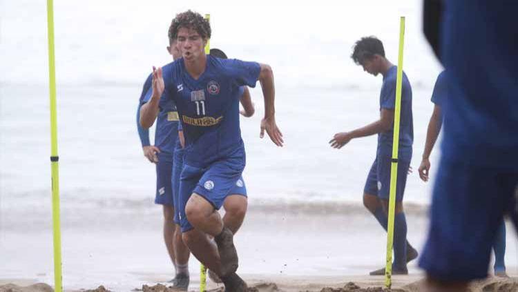 Hugo Guilherme Correa Grillo saat menjalani TC singkat Arema FC di Kawasan Wisata Nganteb, Kabuaten Malang. Copyright: © Media Officer Arema FC