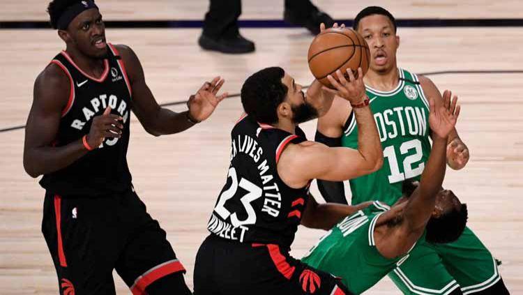 Pertandingan sengit harus dilalui oleh Toronto Raptors dalam game ketiga Playoff Semifinal Wilayah Timur NBA 2019/20 kontra Boston Celtics. Copyright: © Douglas P. DeFelice/Getty Images