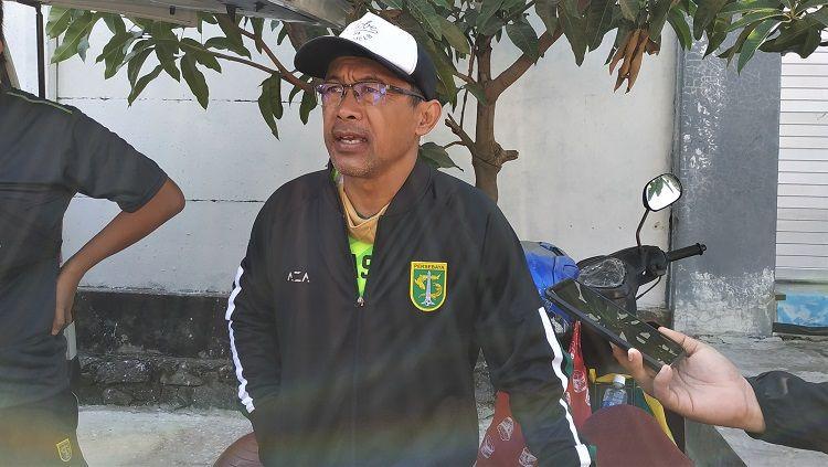 Pelatih klub Liga 1 Persebaya Surabaya, Aji Santoso mengaku menantikan hasil pertemuan antara PSSI, PT LIB, dan Polri. Copyright: © Fitra Herdian/INDOSPORT
