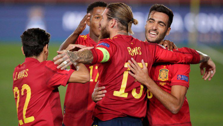 Pelatih Timnas Spanyol, Luis Enrique yakin bahwa timnya baik-baik saja bermain tanpa striker nomor 9. Buktinya Spanyol sukses membantai Ukraina dengan skor 4-0. Copyright: © David S. Bustamante/Soccrates/Getty Images