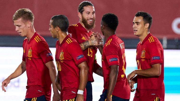 Kapten Spanyol, Sergio Ramos melakukan selebrasi usai Ansu Fati mencetak gol ke gawang Ukraina Copyright: © Diego Souto/Quality Sport Images/Getty Images