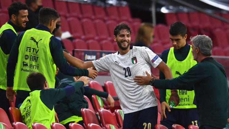 Manuel Locatelli mendapatkan sambutan usai menjalani debut yang manis bersama Timnas Italia Copyright: © Claudio Villa/Getty Images