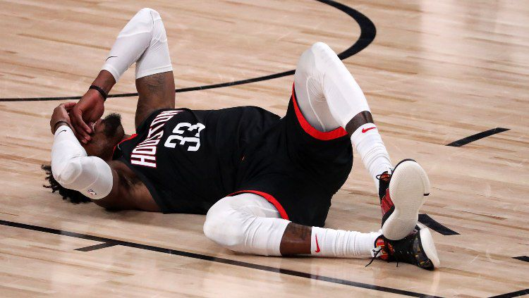 Robert Covington usai kena sikut Anthony Davis di laga NBA Houston Rockets vs LA Lakers. Copyright: © Mike Ehrmann/Getty Images