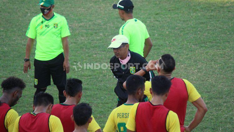 Para pemain klub Liga 1 Persebaya Surabaya usai menggelar latihan pada Sabtu (26/09/20) kemarin langsung melakukan swab test. Copyright: © Fitra Herdian/INDOSPORT