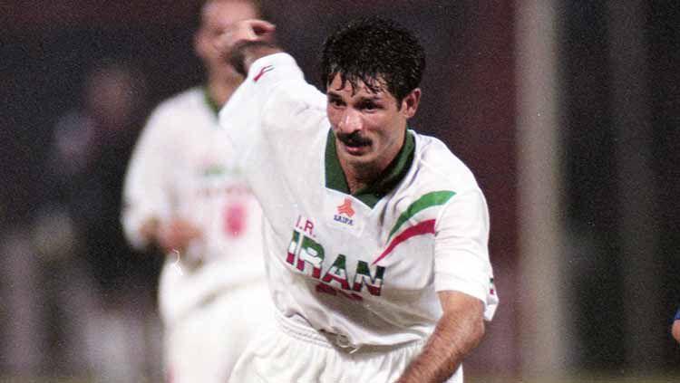 Mengenal Ali Daei, predator legendaris Iran yang memiliki catatan gol lebih banyak daripada Cristiano Ronaldo di kancah internasional. Copyright: © Getty Images