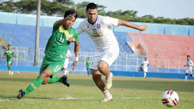 Uji coba Arema FC saat melawan PON Jatim. Copyright: © Ian Setiawan/INDODPORT