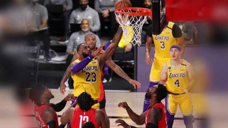 Langkah LA Lakers menuju final Playoff NBA Wilayah Barat 2019/20 tinggal selangkah lagi usai mengalahkan Houston Rockets di game keempat. Copyright: © Michael Reaves/Getty Images