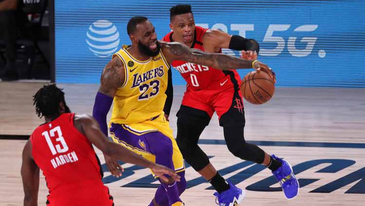 Berikut hasil playoff NBA hari ini, Minggu (13/09/20) pagi WIB. LA Lakers mengamankan tiket ke final Wilayah Barat usai mengalahkan Houston Rockets. Copyright: © Michael Reaves/Getty Images