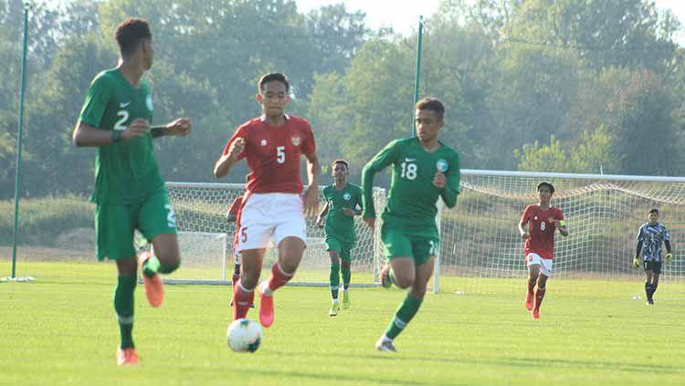 Bek Timnas U-19, Rizky Ridho (tengah) saat dijaga ketat dua pemain Arab Saudi saat laga uji coba di Kroasia beberapa waktu lalu. Copyright: © PSSI