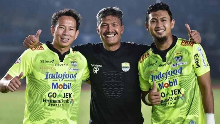 Direktur PT Persib Bandung Bermartabat (PBB), Teddy Tjahyono memastikan Gatot Prasetyo (tengah) untuk sementara waktu akan mengisi posisi pelatih penjaga gawang di tim. Copyright: © Persib Bandung