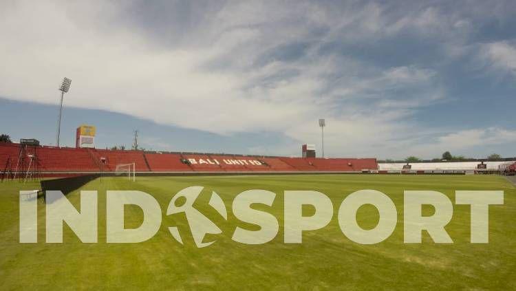 Bali United memindahkan rumput lama Stadion Kapten I Wayan Dipta ke lokasi training ground di sekitar Pantai Purnama, Gianyar. Copyright: © Nofik Lukman Hakim/INDOSPORT