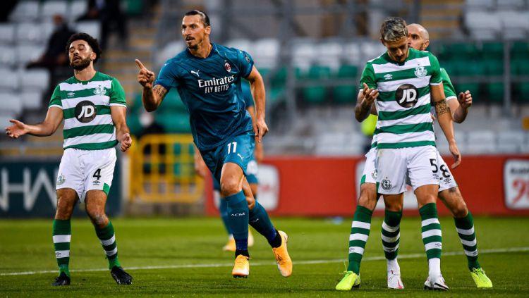 Striker AC Milan, Zlatan Ibrahimovic, selebrasi usai mencetak gol ke gawang Shamrock Rovers di Liga Europa. Copyright: © Seb Daly/Sportsfile via Getty Images