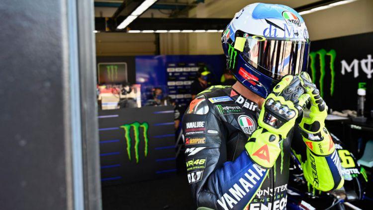Juara seri MotoGP Misano pekan lalu, Franco Morbidelli (Petronas Yamaha), telat datang ke sesi konferensi pers. Valentino Rossi pun sampai menelepon untuk menanyakan keberadaannya. Copyright: © Mirco Lazzari gp/Getty Images