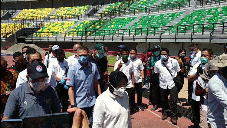 Menpora Zainudin Amali meninjau persiapan Stadion GBT bersama Walikota Surabaya, Tri Rismaharini, Jumat (18/9/20). Copyright: © Fitra Herdian/INDOSPORT
