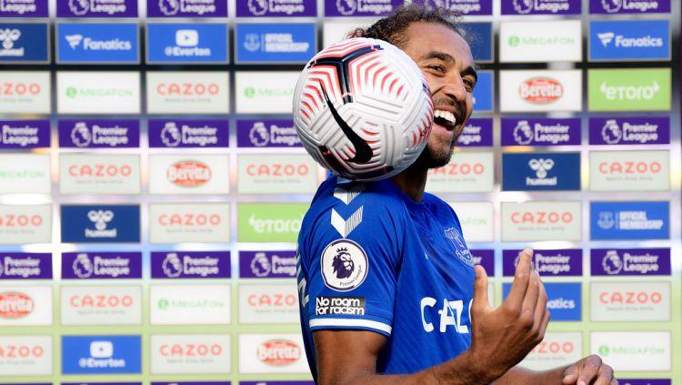 Dominic Calvert-Lewin memegang bola pertandingan usai mencetak Quattrick Copyright: © Tony McArdle/Everton FC via Getty Images