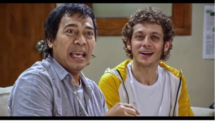 Komedian Indonesia, Komeng, bersama pembalap Yamaha, Valentino Rossi. Copyright: © Youtube/Yamaha Motor Indonesia
