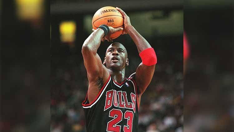 Jersey legenda basket, Michael Jordan memecahkan rekor dengan terjual bernilai fantastis di rumah lelang Heritage Auctions. Copyright: © Getty Images/ Alexander Hassenstein