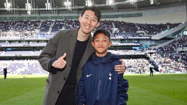 Pesepakbola muda Indonesia,Nathan Fariel Kusuma, saat bertemu bintang Tottenham Hotspur, Son Heung-min. Copyright: © www.tottenhamhotspur.com