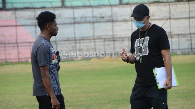 Pelatih PSMS, Gomes de Olivera (kanan) saat berbicara dengan Imanuel Wanggai. Copyright: © Aldi Aulia Anwar/INDOSPORT