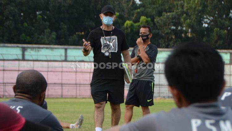 Pelatih PSMS Medan, Gomes de Oliviera didampingi asistennya Ansyari Lubis. Copyright: © Aldi Aulia Anwar/INDOSPORT